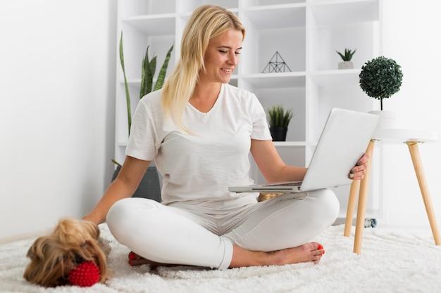 Mujer casual vista frontal trabajando desde casa