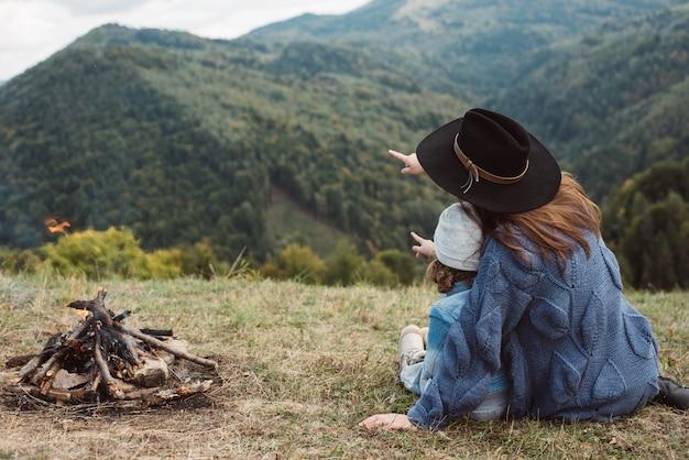 Mujer caucásica con bebé en las montañas