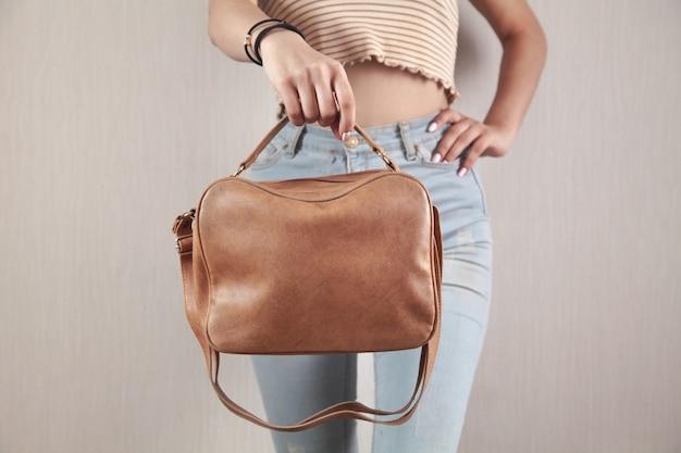 Mujer caucásica con una bolsa marrón en casa.