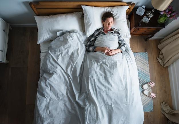 Mujer caucásica en la cama para dormir