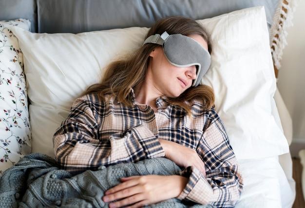 Mujer caucásica durmiendo en la cama