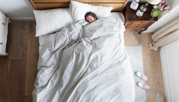 Mujer caucásica durmiendo profundamente