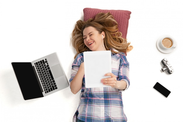 Mujer caucásica emocional usando gadgets, tecnologías. dispositivos que conectan personas durante la cuarentena