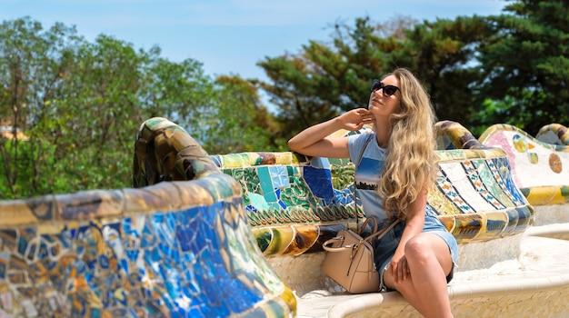 Mujer caucásica en gafas de sol en el parque güell de barcelina españa