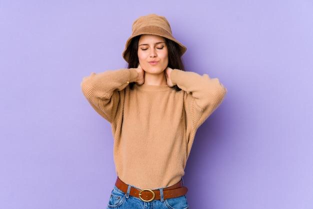 Mujer caucásica joven aislada en la pared púrpura que sufre dolor de cuello debido al estilo de vida sedentario.
