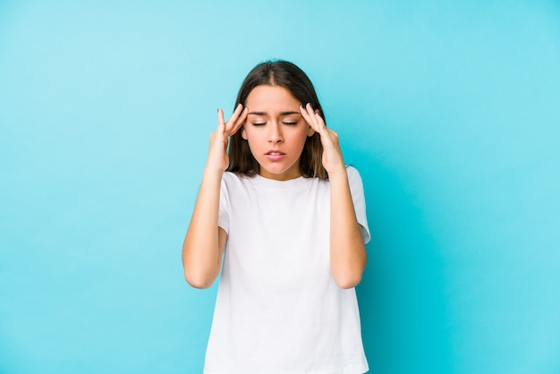 La mujer caucásica joven aisló tocar los templos y tener dolor de cabeza.