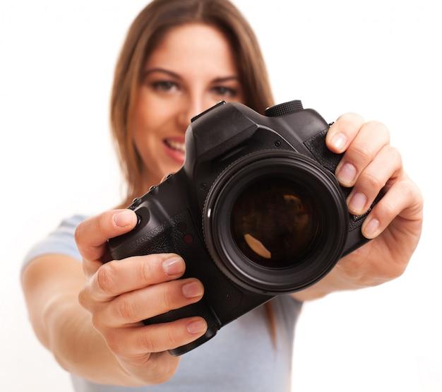 Mujer caucásica joven con cámara