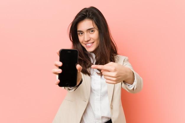 Mujer caucásica joven hablando por teléfono
