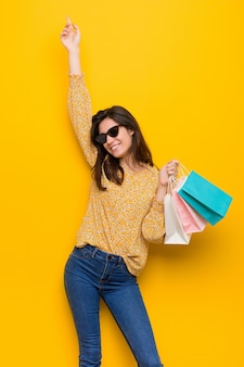 Mujer caucásica joven que va de compras