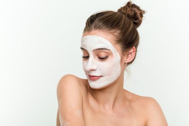 Mujer caucásica joven que disfruta de un tratamiento de la piel