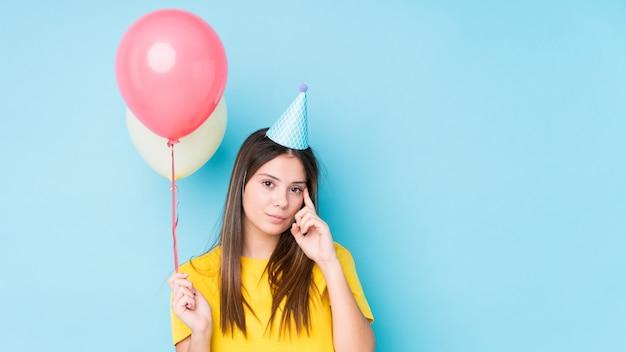 Mujer caucásica joven que organiza un cumpleaños aislado