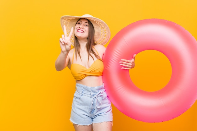 Mujer caucásica joven que sostiene un flotador