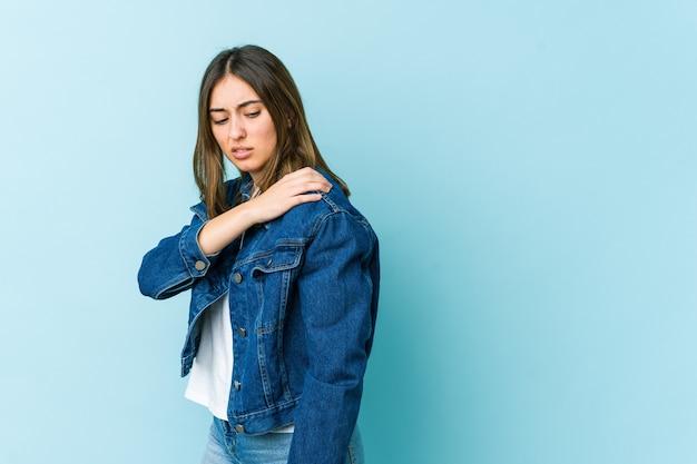 Mujer caucásica joven que tiene un dolor de hombro.