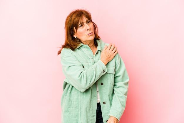 Mujer caucásica mayor aislada que tiene un dolor de hombro.