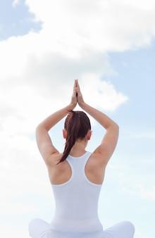 Mujer caucásica practicando yoga
