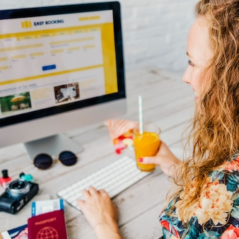 Mujer caucásica reserva hotel online