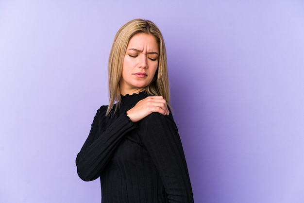 Mujer caucásica rubia joven aislada que tiene un dolor de hombro.