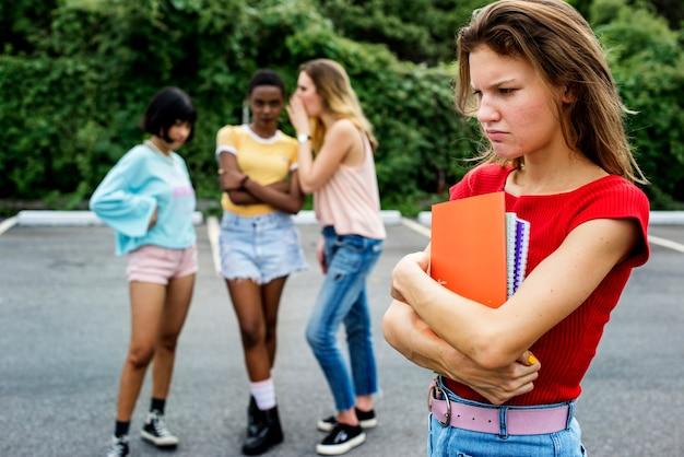 Mujer caucásica siendo acoso de otras chicas