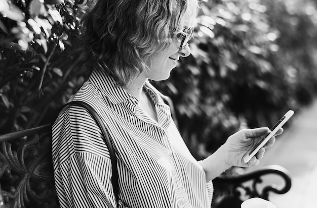 Mujer caucásica con un teléfono inteligente