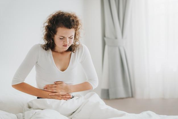 Mujer caucásica, tener dolor de estómago