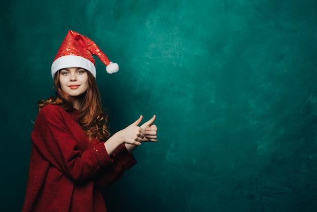 Mujer celebra navidad y año nuevo.
