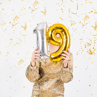 Mujer celebrando 19 cumpleaños