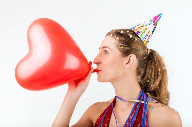 Mujer celebrando cumpleaños o día de san valentín