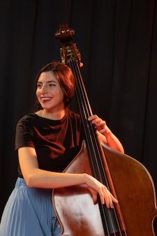 Mujer celebrando el evento del día del jazz