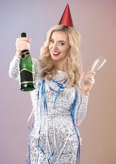 Mujer celebrando la víspera de año nuevo