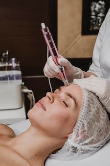 Mujer en el centro de bienestar con un tratamiento cosmético