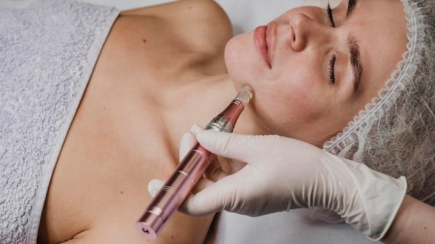 Mujer en el centro de bienestar con un tratamiento para la piel