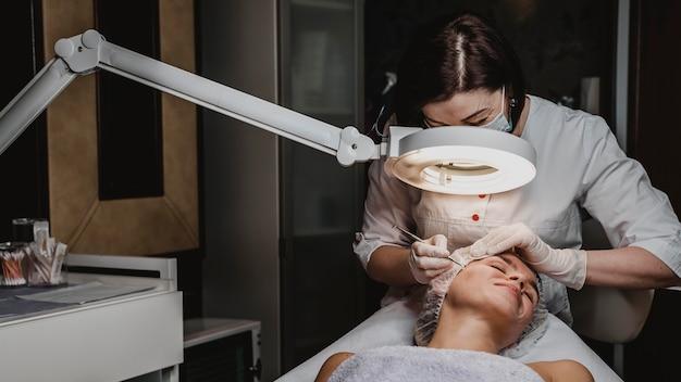 Mujer en el centro de bienestar durante un tratamiento para la piel