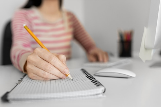 Mujer de cerca escribiendo en el portátil
