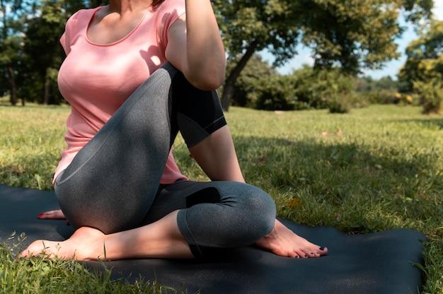 Mujer de cerca en estera de yoga