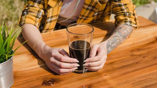 Mujer con cerveza artesana al aire libre