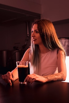 Mujer con cerveza artesana en bar