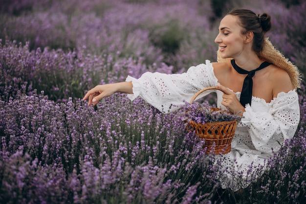 Mujer con cesta recolectando lavanda