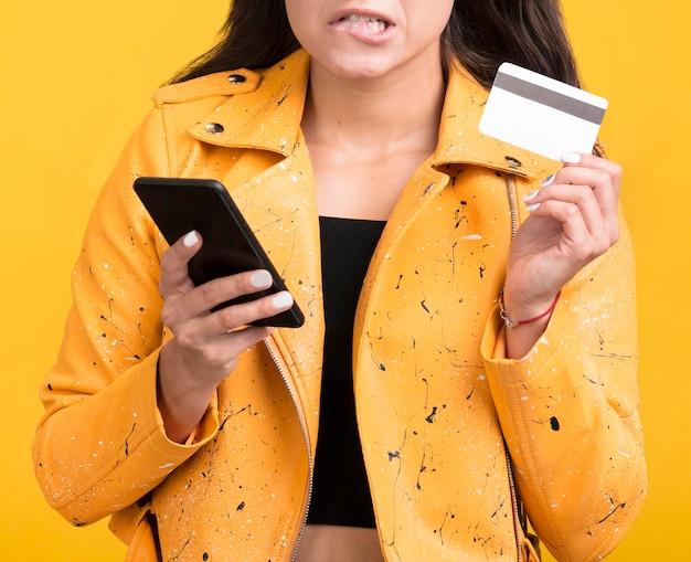 Mujer de chaqueta amarilla tiro medio