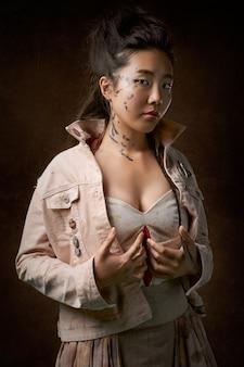 Mujer en chaqueta beige posando