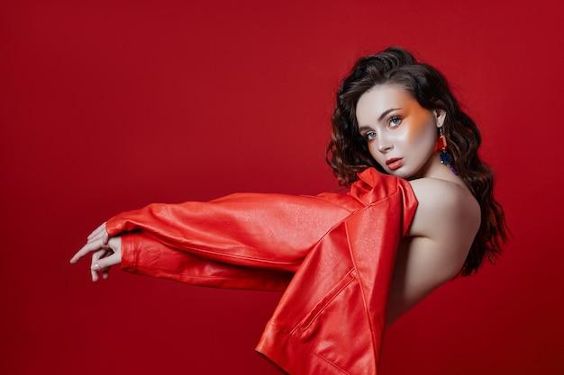 Mujer de chaqueta roja sobre fondo rojo