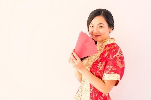 Mujer china con dinero angpao