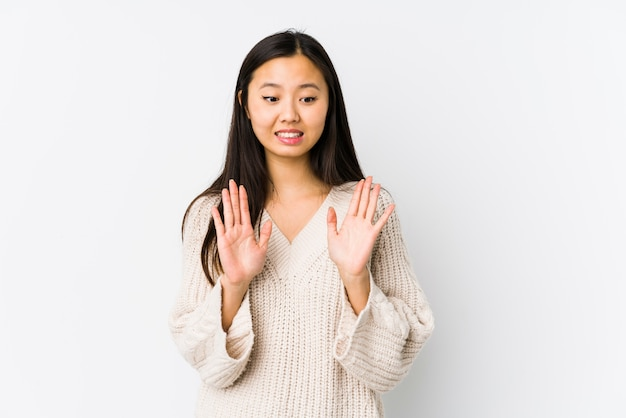 La mujer china joven aisló rechazar a alguien que mostraba un gesto de repugnancia.