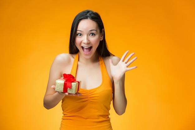 Mujer china con un regalo