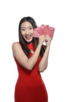 Mujer china en vestido rojo cheongsam