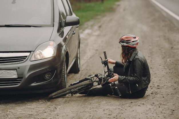 La mujer chocó contra el auto. chica con casco.