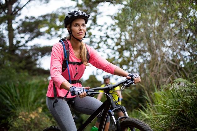 Mujer, ciclismo, en el camino