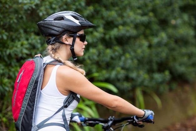 Mujer, ciclismo, en, campo