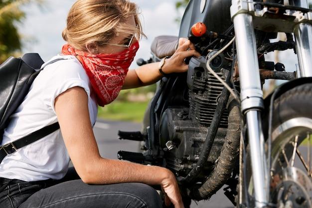 Mujer ciclista reparación de motos