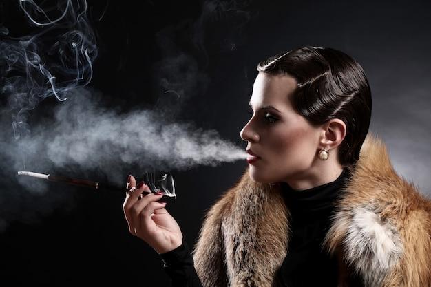 Mujer con cigarrillo en imagen vintage