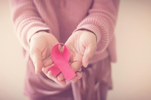 Mujer con cinta rosa, conciencia sobre el cáncer de mama, concepto del día mundial del cáncer